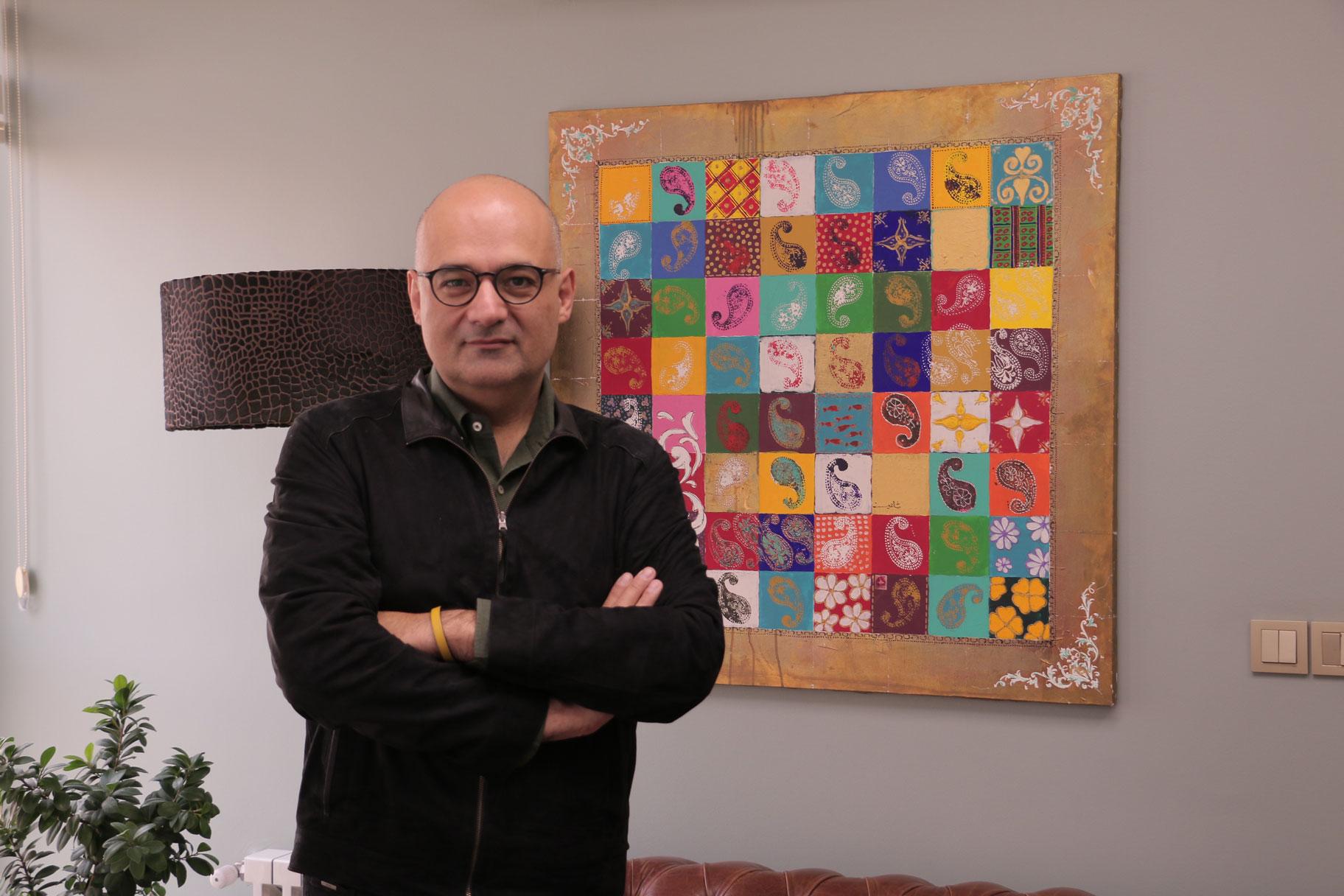 آقای شاهین فاطمی در کنار تابلویی با طراحی خودشون در دفتر درسا.